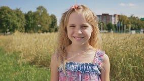 一个年轻白肤金发的女孩的一次简单的射击在一个晴朗的夏日 股票录像