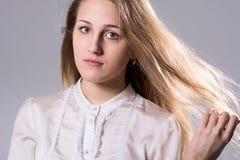 一个年轻白肤金发的女孩的秀丽画象 库存照片