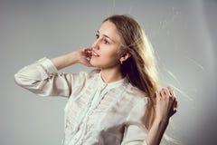 一个年轻白肤金发的女孩的秀丽画象 免版税库存图片