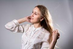 一个年轻白肤金发的女孩的秀丽画象 免版税图库摄影