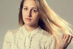 一个年轻白肤金发的女孩的秀丽画象 库存图片