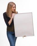 一个年轻白肤金发的藏品空的广告牌的画象 库存图片