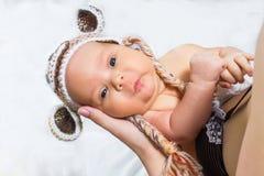 一个滑稽的被编织的帽子的婴孩 免版税库存照片