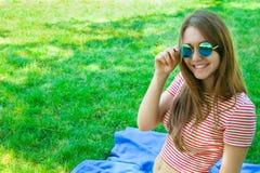 一个滑稽的年轻人相当愉快的女孩ha的室外生活方式画象 库存照片