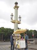 从一个绉纱推车的人购买绉纱在巴黎,法国 免版税库存图片