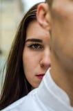 一个年轻美丽的女孩的面孔在面孔人的背景中在利沃夫州,当摄制浪漫爱情小说时 免版税库存图片