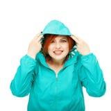 一个年轻美丽的女孩的画象一件夹克的有敞篷isola的 免版税库存照片