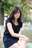 一个年轻美丽的女孩的画象在公园 免版税图库摄影