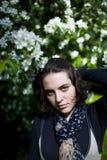 一个年轻美丽的女孩的画象开花的树的 春天秀丽没有过敏的 免版税库存照片