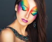 一个年轻美丽的女孩的画象有时尚明亮的multico的 免版税图库摄影