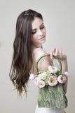 一个年轻美丽的新娘的演播室画象有她的提包的在她的手上 库存图片