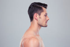 一个年轻肌肉人的侧视图画象 免版税库存图片