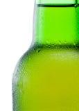 一个绿色啤酒瓶的特写镜头有结露的在白色 图库摄影