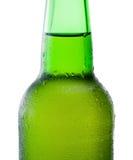 一个绿色啤酒瓶的特写镜头有结露的在白色backg 免版税库存图片