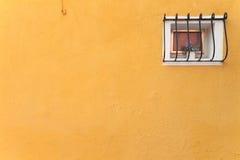 从一个黄色房子的小窗口在Burano海岛,威尼斯 图库摄影