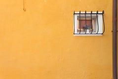 从一个黄色房子的小窗口在Burano海岛,威尼斯 库存照片