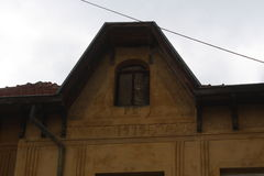 一个黄色房子的老屋顶 免版税库存图片