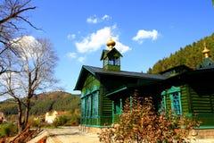 一个绿色教会在一个小古镇 免版税库存图片
