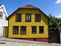 一个黄色木房子在挪威, 免版税库存照片
