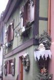 一个绿色木构架的房子在Ribeauvillé在法国 免版税库存图片