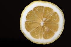 一个黄色柠檬的两个一半 库存图片