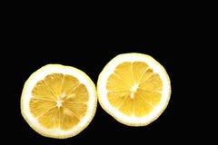 一个黄色柠檬的两个一半 免版税库存照片