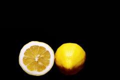 一个黄色柠檬的两个一半 图库摄影