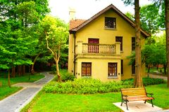 一个黄色欧洲风格的房子在森林 库存图片