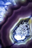 一个紫色玛瑙岩石切片的宏观照片 免版税图库摄影