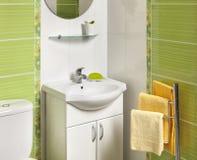 一个绿色现代卫生间的细节有水槽的 免版税库存照片