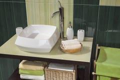 一个绿色现代卫生间的细节有水槽的 免版税图库摄影