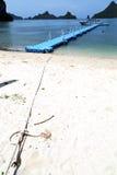一个绿色盐水湖绳索phangan海湾的塑料码头海岸线 免版税库存图片