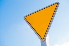 一个黄色空白的退让信号增加您自己的文本或图表 免版税库存照片
