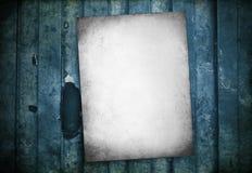 一个绿色老脏的金属表面上的白色生锈的脏的老标志 免版税库存图片