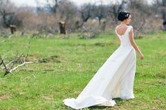 一个绿色草甸的新娘 库存图片