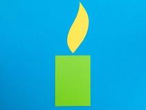 一个绿色蜡烛的例证与黄色火焰的 免版税图库摄影