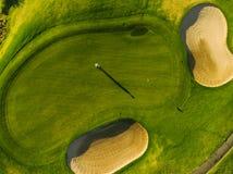 一个绿色高尔夫球场的球员 免版税图库摄影