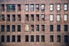 一个从街道的上的被放弃的砖摩天大楼大厦窗口的正面图在纽约 库存照片