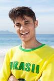 一个巴西体育迷的画象在海滩的 库存照片