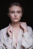 一个年轻诱人的美丽的深色的女孩的剧烈的画象有短的理发的在黑背景的演播室 免版税库存图片