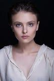 一个年轻诱人的美丽的深色的女孩的剧烈的画象有短的理发的在黑背景的演播室 免版税库存照片