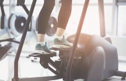 一个活跃女孩佩带的运动鞋和训练的腿 库存图片