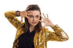 一个年轻迷人的女孩的水平的画象金闪光金属片的夹克的 免版税库存图片