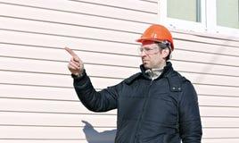 一个建造场所的工作者在冬天 图库摄影