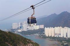 一个索道的客舱在城市、海和山的 美好的横向 免版税库存照片