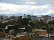 一个邻里的屋顶和树在波哥大,哥伦比亚。 免版税库存照片