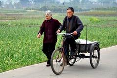 彭州,中国: 在乡下公路的年长夫妇 库存图片