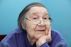 一个年长祖母的画象玻璃的 库存照片