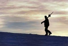一个滑雪者的剪影日落的 免版税库存图片