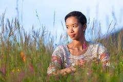 一个年轻非裔美国人的十几岁的女孩的室外画象 免版税库存图片